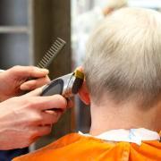 Friseure in Senden haben ohne Maske Haare geschnitten.