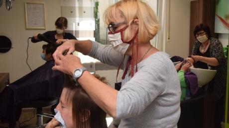 Haare schneiden mit Mundschutz: Auch im Friseursalon Schaller in Höchstädt gab es am Montag einen Ansturm der Kunden. Die Friseurinnen Anna Sinning (Vordergrund), Inhaberin Sigrid Schaller (rechts) und Tanja Böck (links) hatten alle Hände voll zu tun.