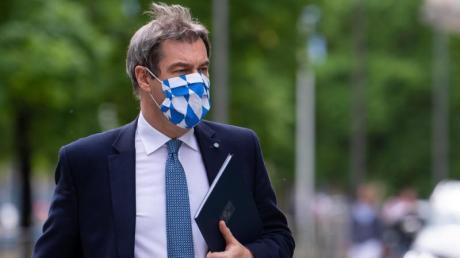 Bayerns Ministerpräsident Markus Söder mit Mundschutz. In einer Pressekonferenz am Dienstag informiert er über mögliche Lockerungen und Massentests in der Corona-Pandemie.