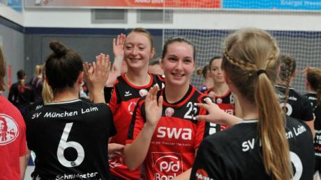 Franziska Hochmair und Sabrina Smotzek (Mitte von links in Rot) dürfen sich über den Klassenerhalt in der Bayernliga freuen.