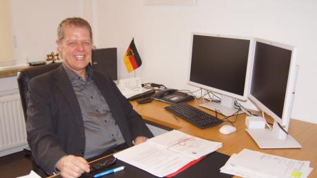 Bereit für die Aufgaben: Der frischgebackene Merchinger Bürgermeister Helmut Luichtl hat den Schreibtisch im Rathaus eingerichtet.