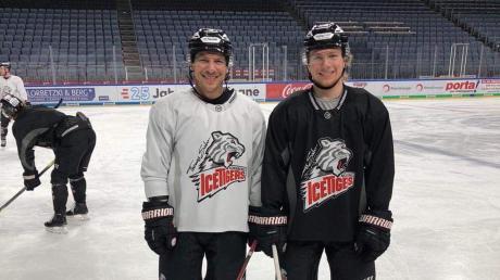Markus Lillich (rechts) mit seinem Idol und Teamkollegen Patrick Reimer im Trikot der Nürnberg Ice Tigers.