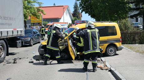 In Pfaffenhausen stießen am Donnerstag ein Lkw und ein Auto zusammen.