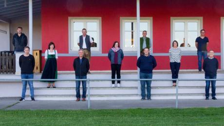 Der neue Hollenbacher Gemeinderat stellte sich im Sicherheitsabstand zum Gruppenbild auf.