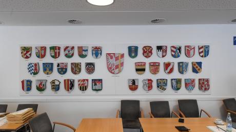 Wappen der Landkreisgemeinden im Sitzungssaal des Landratsamts in Günzburg. Überall in den Gemeinden, für die die Wappen stehen, wird teils mit großer Leidenschaft Politik gemacht.
