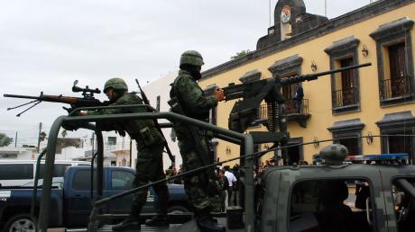 Mexikanische Polizisten bei einem Anti-Drogen-Einsatz. Immer wieder werden in dem Land Massengräber gefunden, die mutmaßlich in Zusammenhang mit dem organisierten Verbrechen stehen.