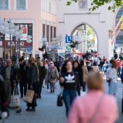 Die Lockerungen in Deutschland treiben wieder viele Menschen auf die Straße wie hier in München.