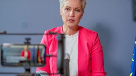 Manuela Schwesig (SPD), die Ministerpräsidentin von Mecklenburg-Vorpommern, gibt in der Staatskanzlei eine persönliche Erklärung ab.