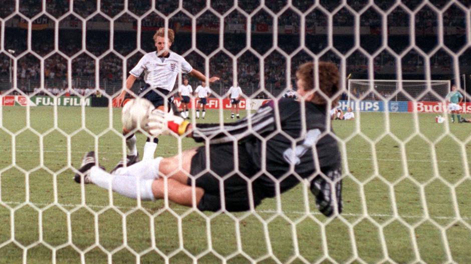 Engländer und das Elfmeterschießen! Pechvogel in diesem Fall der englische Abwehrspieler Stuart Pearce, sein Schuss im WM-Halbfinale 1990 gehalten von Bodo Illgner.