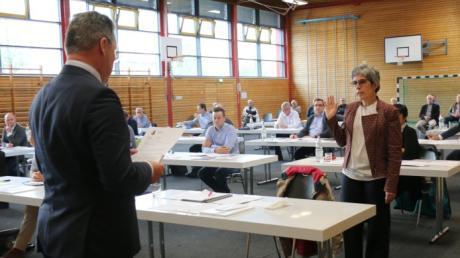 Bürgermeister Markus Winklhofer links vereidigt Christine Schmid-Mägele als Zweite Bürgermeisterin.