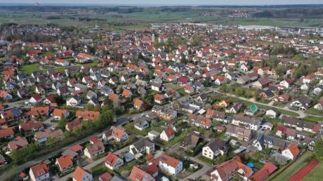 Luftaufnahme von Burgau mit Blick von der Realschule Richtung Rathaus, Kirche und Schloss.