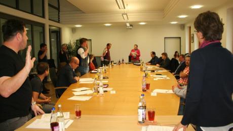 Die sechs neuen Mitglieder des Marktgemeinderats Aindling werden vereidigt. Im Hintergrund Bürgermeisterin Gertrud Hitzler.