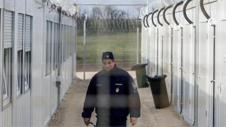Ein ungarischer Polizist patrouilliert durch ein Lager für Asylsuchende an der Grenze zu Serbien.