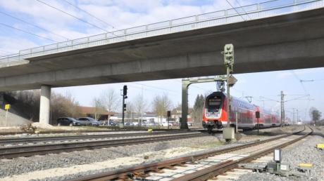 Die Brücke über die Bahnstrecke bei Mertingen wurde bereits 2019 über mehrere Monate saniert. Fertig wurde man damals nicht ganz, nun ist die Brücke über das Wochenende noch einmal komplett gesperrt.