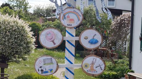 17 Familien aus Egelhofen haben in diesem Jahr einen eigenen Maibaum gestaltet.