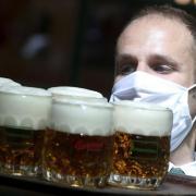 Angesichts der steigenden Corona-Zahlen schlägt der Bund strengere Regeln vor - etwa ein Ausschankverbot für Alkohol.