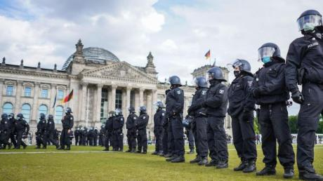 Rechtsextremisten versuchen nach Erkenntnissen der deutschen Sicherheitsbehörden, die Proteste gegen Corona-Auflagen für sich zu nutzen.