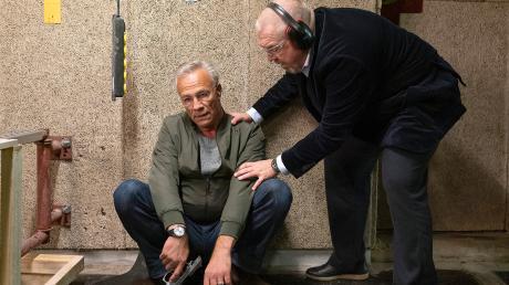 """Freddy Schenk (Dietmar Bär) kümmert sich um den angeschlagenen Kollegen Max Ballauf (Klaus J. Behrendt): Szene aus dem Köln-Tatort """"Gefangen"""", der gestern im Ersten lief."""