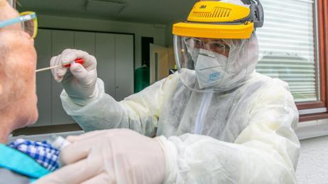 Allgemeinarzt Thomas Stechele aus Stettenhofen testet Patienten mit Verdacht auf eine Coronavirusinfektion. Seine Arbeit muss er in kompletter Schutzmontur verrichten.