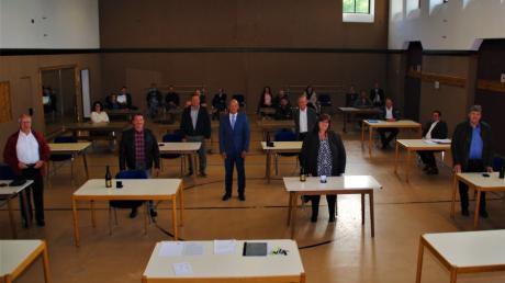 Die scheidenden Gemeinderäte von links Ingo Lanius, Johann Erhard, Elisabeth Fischer, Josef Steber, Robert Steinhart und Johann Weiß verabschieden sich, in der Bildmitte Bürgermeister Erwin Gerstlacher.