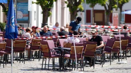 In Restaurants und Gaststätten müssen Gäste derzeit ihre Adressen und Kontaktdaten hinterlassen. Nun ist klar: Auch die Polizei in Bayern greift darauf zu.