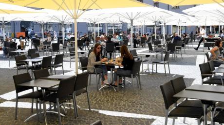 Auf dem Rathausplatz stehen längst nicht so viele Tische wie sonst. Aber die Menschen nahmen wieder gerne Platz.