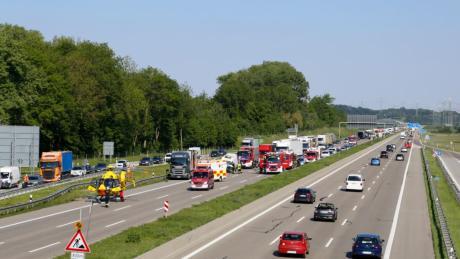 Ein Lkw-Fahrer muss auf der A8 kurz vor Dasing wegen des zähflüssigen Verkehrs bremsen. Der Pkw-Fahrer hinter ihm fährt dem Lkw auf und wird dabei lebensgefährlich verletzt.