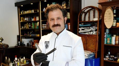 """Geriet in Zusammenhang mit Corona fälschlicherweise in die Nachrichten: Sezer Soylu, bekannt als """"Aux the Barber""""."""