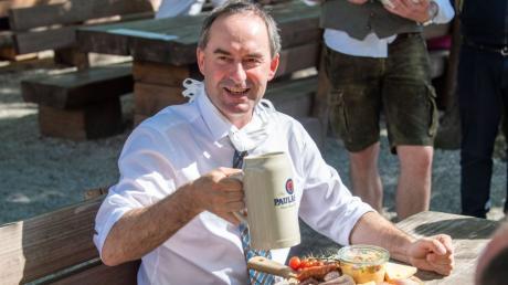 Bayerns Wirtschaftsminister Hubert Aiwanger wird heute im Gasthof zur Brücke in Kaufering symbolisch die Biergartensaison eröffnen.