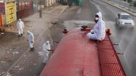 Arbeiter desinfizieren eine Straße in Jemens Hauptstadt Sanaa, um die Ausbreitung des Coronavirus einzudämmen.
