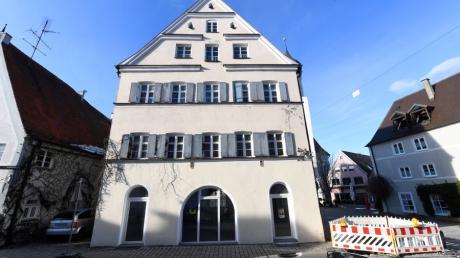 Die ehemalige Mädchenschule am Kirchplatz und der Stadtstraße in Burgau soll vom Eigentümer Thoma zu einer Erlebnisgastronomie und zu Wohnraum werden.