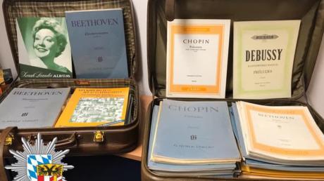Die Polizei will nun wissen, was es mit den Koffern und den Notenblättern auf sich hat. Diese wurden vor dem Leopold-Mozart-Zentrum gefunden.
