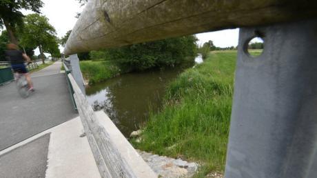 Ein Mann war am Vatertag mit seinem Rad auf dem Weg nach Hause, als er zwischen Ehingen (Kreis Augsburg) und Nordendorf in diesen Bach fiel. Warum, ist noch unklar.