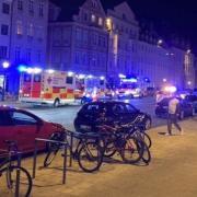 Ein nächtlicher Polizeieinsatz in der Maxstraße eskaliert - nicht nur, weil gegen Corona-Regeln verstoßen wird.