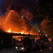 In Höchstädt brennt der Einkaufsmarkt Edeka. Die Feuerwehren  werden ein Abbrennen des Gebäudes vermutlich nicht verhindern können.