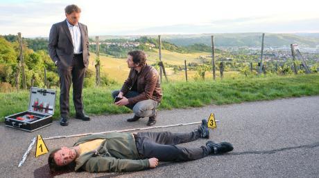 """Thorsten Lannert (Richy Müller) und Sebastian Bootz (Felix Klare) mit der Leiche eines jungen Joggers: Szene aus dem Stuttgart-Tatort """"Du allein"""", der gestern im Ersten lief."""