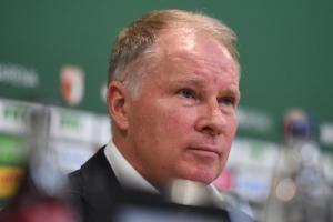 Erleichtert reagierte FCA-Sportgeschäftsführer Stefan Reuter nach dem  Erfolg auf Schalke.