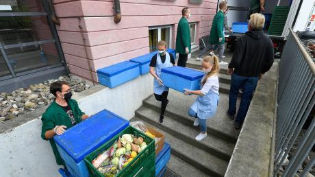Viele ehrenamtliche Helfer bereiten am Montagnachmittag die Lebensmittelausgabe der Günzburger Tafel des Caritasverbands für den Folgetag vor. Die Ausgabe muss in der Corona-Krise im Freien stattfinden.