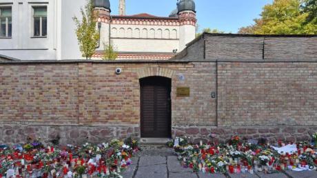 Blumen und Kerzen vor einer Synagoge in Halle (Saale), vier Tage nach dem rechtsextremistischen Anschlag auf die Gemeinde.