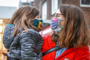 Einfacher ist die Kommunikation mit den Mitmenschen durch die Maskenpflicht nicht geworden. Lächeln und Gesten können Missverständnissen vorbeugen.