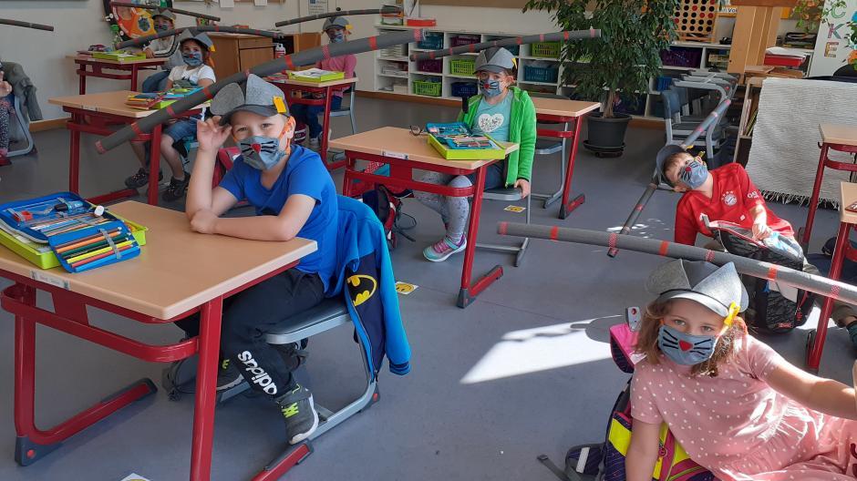 Um ihren Schülern die neuen Regeln in der Corona-Pandemie näherzubringen, kommen bei einer Lehrerin aus Burlafingen besondere Mittel zum Einsatz: Poolnudeln und Mäuse-Masken.