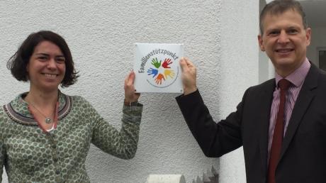 Sarah Müller am Eröffnungstag des Familienstützpunktes mit Bürgermeister Robert Strobel.