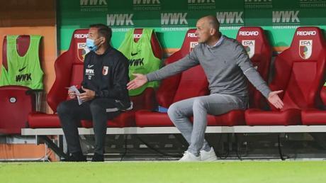 Heiko Herrlich, Trainer des FC Augsburg, ratlos auf der Trainerbank.