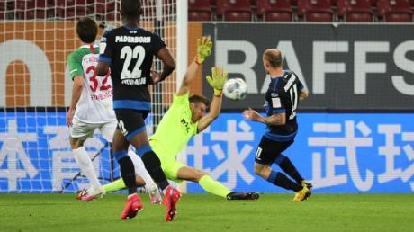Andreas Luthes Rettungstat gegen Sven Michel vom SC Paderborn sicherte dem FCA einen Punkt.
