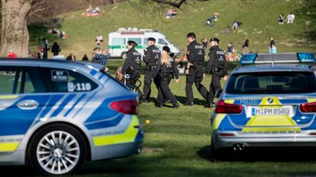Polizisten patrouillieren durch den Englischen Garten in München. Zehntausende Male wurde in Bayern gegen die Corona-Auflagen verstoßen.
