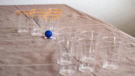 Mit ein paar Plastik- oder Pappbechern und einem Tischtennis-Ball kannst du ein Pong-Spiel bauen. Hier erfährst du, wie das funktioniert.