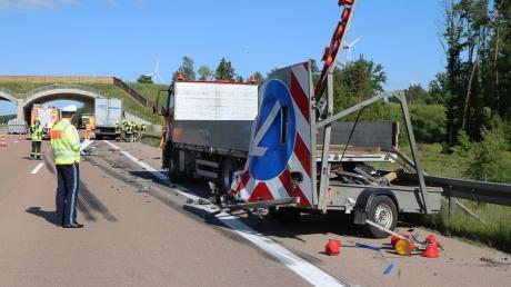 Unfall auf der A8 zwischen Zusmarshausen und Burgau kurz vor der Wildbrücke: Ein Lkw krachte gegen einen Sicherungsanhänger, der auf der Standspur stand.