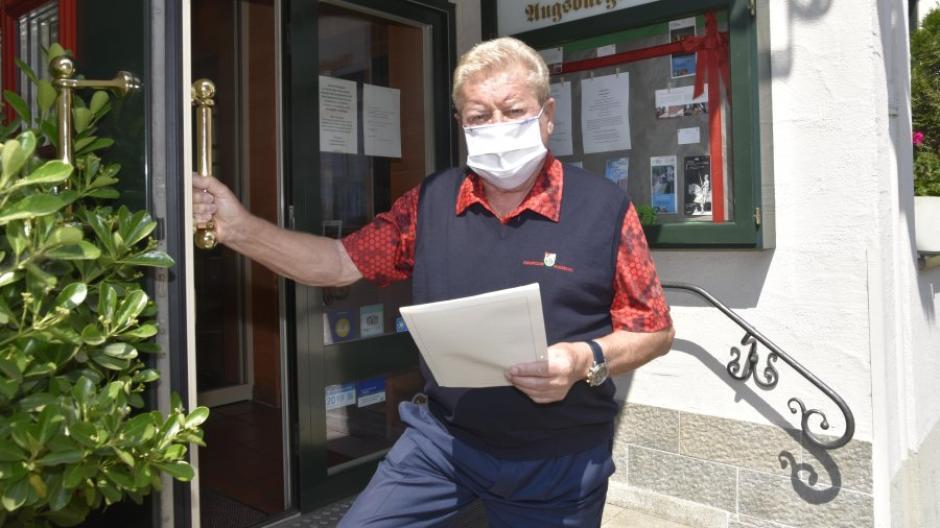 Hotelier Rolf Meder vom Augsburger Hof freut sich, von Samstag an sein Hotel auch wieder für Touristen zu öffnen.