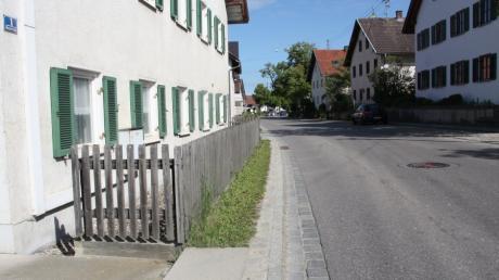 Staketenzäune aus Holz prägen das typische Straßenbild Langerringens, wie hier an der Hauptstraße.