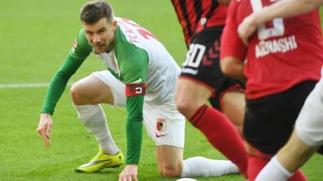 Daniel Baier bekam jüngst weniger Einsatzzeit. Ob der Kapitän des FC Augsburg gegen Berlin spielt, scheint offen.